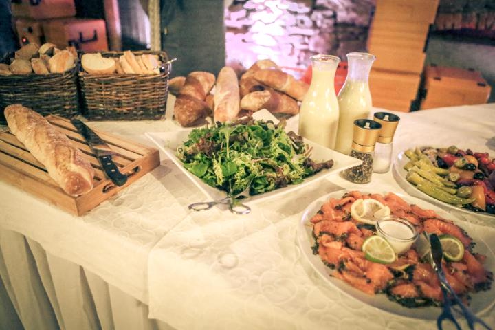 Buffet mit Brot und anderen Köstlichkeiten
