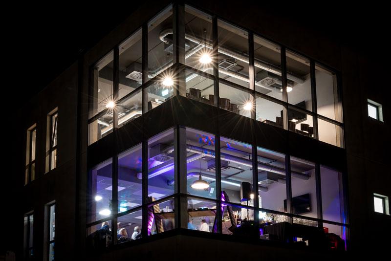 Loft 16 Business Turm bei Nacht
